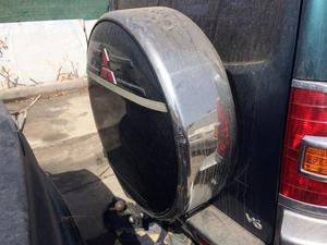 Cubre rueda del Mitsubishi Montero